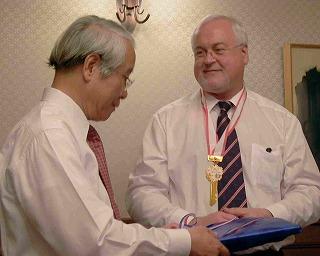 兵庫県神戸市訪問の際の井戸敏三兵庫県知事とペーター・ハリー・カールステンセンSH州首相