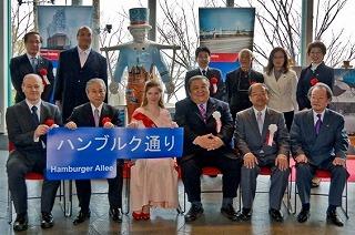 弟26代ハンブルクさくらの王女アニカ・シュルツェ氏によるフンメル像と大阪市の街路名標議「ハンブルク通り」の除幕式
