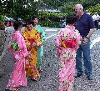 2006年日本訪問の際のペーター・ハリー・カールステンセンSH州首相と浴衣姿の若い女性達