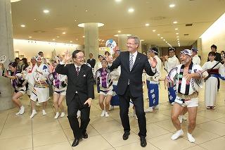 阿波踊りを踊っているクリスティアン・ヴルフ州首相