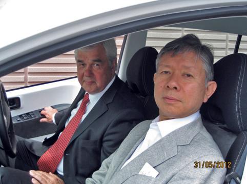 シム・ドライブ社にて右手前は清水社長